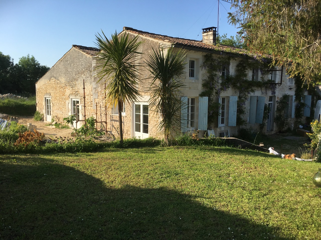La Maison Blanche is situated in a tiny hamlet just a very short walk from the little town of Saint-Romain-de-Benet in the region of Nouvelle-Aquitaine in the Department of Charente Maritime, which is on the Atlantic west coast of France.